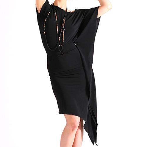 Robe de danse latine pour femmes de la marque Maly Design avec ceinture et manche fluide.